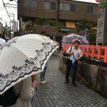 大雨の中の伏見稲荷ガイドツアー!空いてると見せかけて大混雑